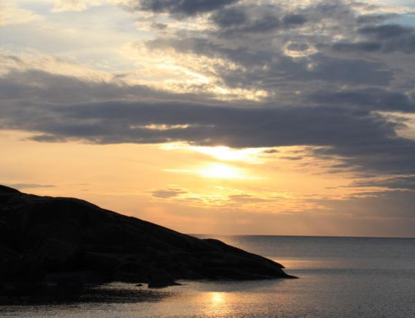 Klippa, moln och solnedgång